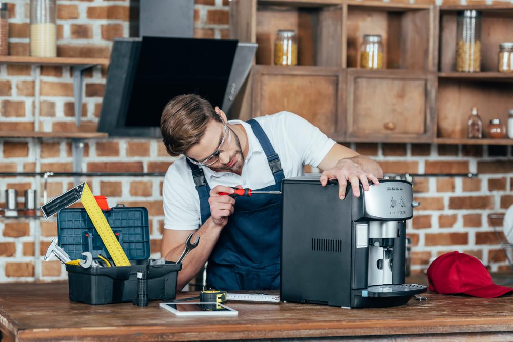 Reparatur und Wartung eines Kaffeeautomaten